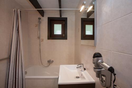 badkamer douche/ligbad met toilet